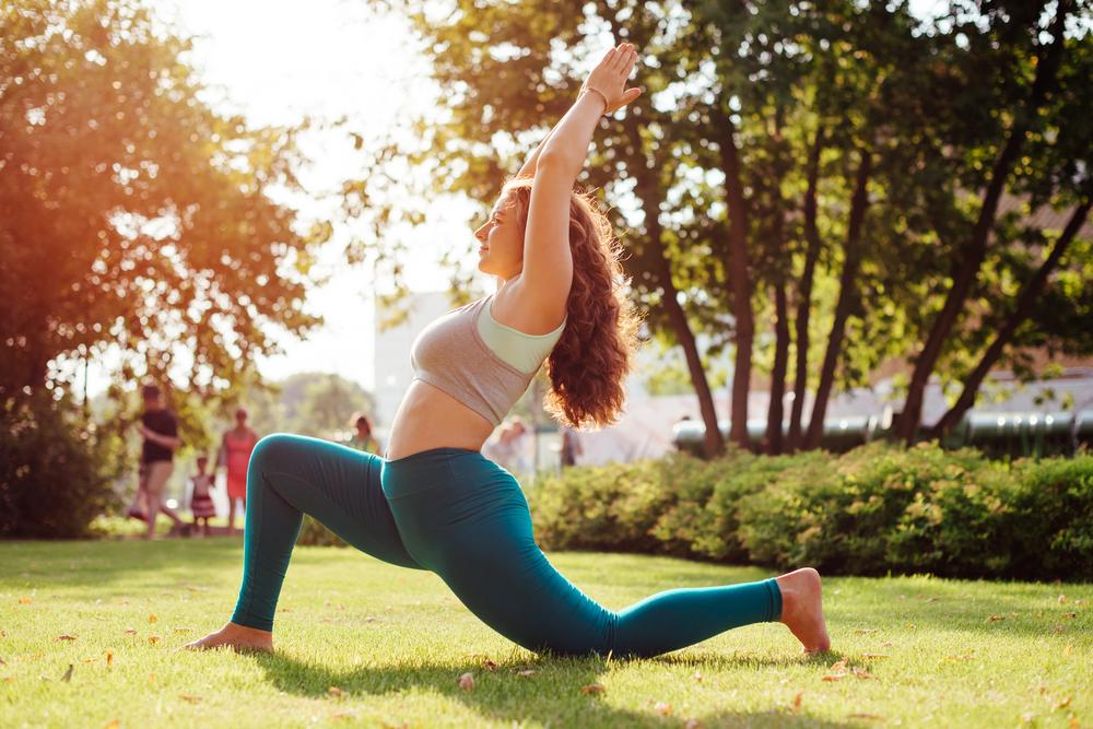 Donna che fa Yoga in un parco