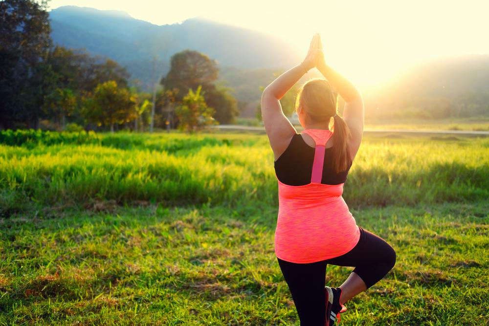 Ragazza che fa Yoga nella natura